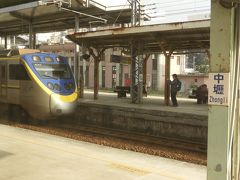 中レキ駅で撮り鉄発見。「レキ」の漢字は写真をご参照あれ。