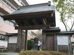 薬医門という城門が、今に至るまで現存されています。  しかし学校の中にこういう遺跡があるのってすげぇな。