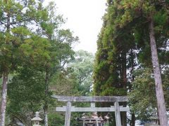 日本発の水軍の船出を記念すべく作られたのは巨大な碑だけではない。 美々津の港近くの立磐神社も、神武天皇の船出を祝して建てられている。  立磐神社の建立は景行天皇(紀元前13年~紀元後130年)の時代で、九州南部の新興豪族であった熊襲(クマソ)を最初に成敗したのが景行天皇と言われている。 しかし、景行天皇がその地を過ぎ去ると熊襲はその勢いを再び取り戻し、九州南部を支配するようになり、そこで対熊襲のコマンダーとして派遣されたのが、景行天皇の息子のヤマトタケル(日本武尊)。  多分だが、景行天皇は敵対する熊襲との戦いに勝つために、水軍を指揮した神武天皇の加護にあやかりたかったのだろう。