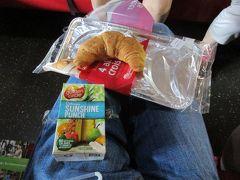 今日の朝食は、ケアンズ駅直結のケアンズセントラルショッピングセンターに入居するスーパーマーケット「コールズ」で調達したパンと野菜ジュースです。