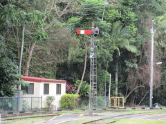 終点のキュランダ駅には11時半頃に到着。 停車時間も含め、ケアンズ駅から約2時間の旅でした。 写真は、キュランダ駅構内に残る懐かしの腕木式信号機。