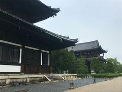 東福寺へやって来ました。雨は段々本降りに。 写真は東福寺の三門と本堂です。 人が少なさそうなので 通天橋と庭園の共通拝観券を1000円で購入しました。