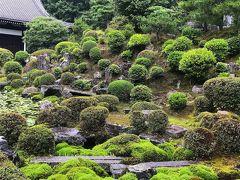 開山堂のお庭。春はツヅジが美しそうな気配。 向かって左半分が修復中のため、写真はお庭だけ。  毎夜11時45分頃から18回。開山堂の鐘楼の鐘が鳴るそうです。 日本で初めて国師と称された禅僧の円爾弁円(えんにべんねん)は 同じ京都の建仁寺の住持でもあったため、 東福寺のお勤めがすめば建仁寺へ移動されたとか。 この時に東福寺で鳴らされた鐘が「送り鐘」と言われ、 750年経った今も鳴り続く東福寺の習慣だそうです。