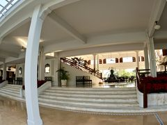 【=センタラグランド・ホテル=に宿泊する!】  ああ、ここ昔、私が住んでいたインドネシアにたくさんあったタイプのホテルですわぁぁ。懐かしい香りがします...記憶が30年前にタイムスリップします...