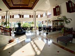 【=センタラグランド・ホテル=に宿泊する!】  ジャカルタなら、旧)ヒルトンホテル.....バリ島にも、このようなタイプのホテルがたくさんありました....  吹きっさらしのロビーが気持ちいいですね。気候が安定している証拠です。