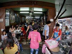 【Jek Piek Coffee Shop/正盛餐廳】  (如何にも儲かってまっせ~、みたいな…)と、非常に目立つ雰囲気のお店です。