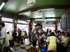 【Jek Piek Coffee Shop/正盛餐廳】  そのレストランの前には、小さな鉢がたくさん地面に置かれていて台湾にある子羊の炭火焼きスープのお店っぽい感じでしょうか。