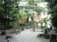 神社の隣にある緑の木々に包まれた古民家カフェ