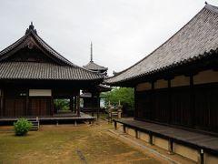 江戸時代、朝鮮通信使が宿泊した古刹、本蓮寺。本堂は1492年に再建。海を見渡せる場所に三重塔があります。
