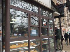 朝食がまだだったので、Sveti Sedmochislenitsi公園のそばの、この庶民的なカフェで休むことにしました。地元民専用といった感じだったので、バーニッツァ(ブルガリア風白チーズパイ)も安かったです。でも、カプチーノを頼んだらインスタントでした。
