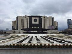 社会主義時代の代表建築であるエンデカも見学。巨大かつ四角四面な建物にノスタルジーを感じます。