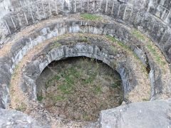 壱岐の人気観光地である猿岩の近くの小高い丘にある「黒崎砲台跡」です。砲台の口径約41㎝、砲身の長さ約18m、弾丸の重さ約1トン、東洋一と言われた巨大な砲台です。