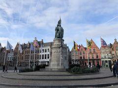 マルクト広場の中心部に立つ像。  Jan Breydel。  1302年7月11日に起こった金拍車の戦いで、フランドル都市連合軍のリーダーだった人だそうで。
