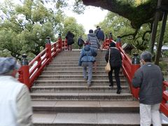 太鼓橋(たいこばし)です。  神社の池には太鼓橋がかかっていることが多い、これは、敢えて渡りにくい橋を架けることによって、私たちの世界と、神が住まう領域との境界を明白にし、人間が神の世界に容易に入れないようにする、という意味がある。
