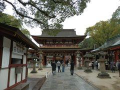 楼門(ろうもん)です。  楼門とは、二階建ての門のことです。一般的には、上層のみに屋根を設けて、高欄付きの縁を巡らせます。