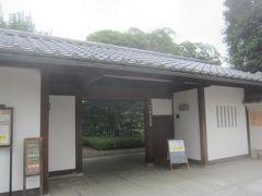 まずは目白駅から北へ歩いて5分ほど行ったところにある『目白庭園』 無料で入園することができます  入口の表門(長屋門)は桟瓦葺きの切妻屋根に、壁は漆喰塗りの白壁  東京都豊島区目白3-20-18