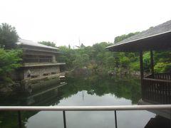 左(←)に見える建物は『赤鳥庵』 大正7年、鈴木三重吉によってこの地で創刊された子どものための文芸雑誌「赤い鳥」にちなんで「赤鳥庵」と名づけられました 茶道・華道・句会などに利用されているそうです  右(→)に見える建物は『六角浮き見堂』 屋根の頂部には、「赤い鳥」をイメージした益子焼の飾りが飾られている休憩所です
