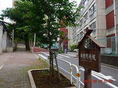 向陵稲荷坂は東京大学合格者数で全国トップクラスの開成高校と開成中学校の間を通る坂で春には桜のトンネルが見られます。