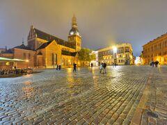 ~ドーマ広場~ 雲が低いです。 リガ大聖堂塔頂が霞んで見えます。