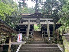 鞍馬寺の仁王門をくぐって階段と坂道をのぼって「鞍馬の火祭」が行われることで知られる由岐神社に到着します。