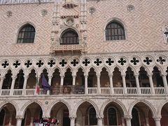 ドゥカーレ宮殿  ヴェネツィア共和国の政治の中枢機関のあった9世紀に 建てられ14世紀にゴシック様式に改築された建物