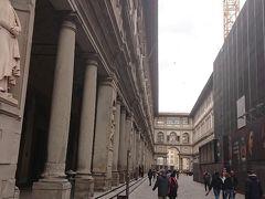 ウッフィツィ美術館  右側部分は工事中です。 イタリアの観光地は修復や維持などのメンテナンス のための費用が、莫大な金となっております。 観光立国なので仕方が無いことなのかもしれませんが…