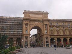 レプブリカ広場  とても大きな建物です。 この門をくぐって進むとトルナヴォーニ通りに行けます。