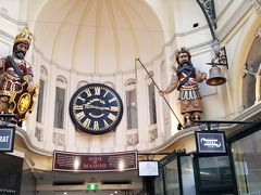 1869年に建てられたメルボルンで最も古く、国内で最も長いショッピングアーケードです。15分毎に鐘を叩く『ゴグとマゴグ』と名付けられた有名な仕掛け時計があります。1892年以来ずっと鐘を鳴らしています。