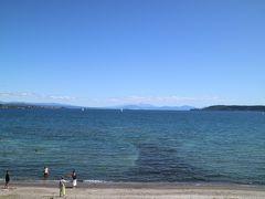 タウポ湖です。とてもお天気が良いので泳いでいる人も多くいました。海みたいに広いし、とても気持ちよさそうです。 実はタウポに泊まる計画もあったのですが、なぜかロトルアに泊まっていた...(送迎の関係です)。いつかタウポに泊まって、トンガリロクロッシングに挑戦したいと思います。