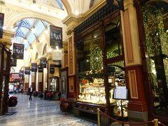 様々なブティックや専門店、カフェが軒を並べ、目を見張る様なガラス使いと見事な鉄工芸で装飾された天井があり、足元を見れば、チェッカー柄のタイルも素敵です。カフェでゆっくりと休憩してみるのも良いかと思います。