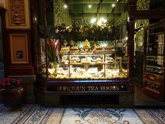 1892年に開業したブロックアーケードにあるケーキのディスプレイがとても美しい老舗ティールームのホープトンティールームです。他にもベルギーチョコレートの店『ココブラック』や1915年創業のチョコレート専門店『ヘイグス』はオススメです。