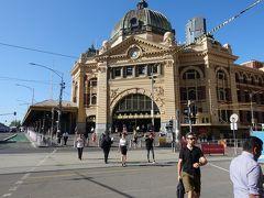 1854年にオーストラリアで初めて建てられたフリンダース・ストリート駅で、メルボルン近郊への列車の始発駅となっています。 ドーム部分は1909年に完成しました。