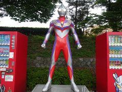 駐車場の自動販売機横にいるウルトラマンティガ。 福島県須賀川市の出身円谷英二氏に因みコラボしているそうです。 時おりカラータイマーが点滅!