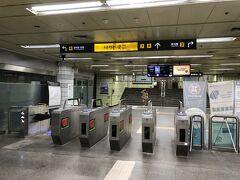 韓国・ソウルの地下鉄5号線「534 鍾路3街(チョンノサムガ)」駅 の改札口の写真。  地下鉄9号線「914 国会議事堂」駅から約23分。