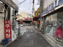 韓国・ソウルの地下鉄5号線「534 鍾路3街(チョンノサムガ)」駅の 6番出口付近の写真。  目的地はこちらで合ってるかな?  右手に韓服?のお店があります。