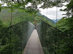 面不動鍾乳洞から林道を歩いて「かりがね橋」へ.洞川自然研究路の龍泉寺山と大原山に架けられた長さ120m,高さ50mの大吊り橋.大峯山嶺と洞川温泉のパノラマを楽しみました.