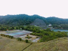 ダムの左岸、県道沿いにある公園です。テニスコートがあります。
