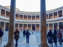 来ましたカルロス5世宮殿。 未完成と言われなければ分からないぐらい迫力のある円形の宮殿。