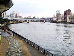 続いて、公園からすぐの場所にある「隅田川テラス」  隅田川沿いに景色が開けて、散歩やジョギングを楽しめるようになっています☆
