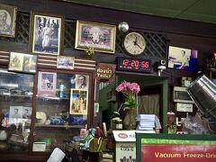 【Jek Piek Coffee Shop/正盛餐廳】  レストラン名「JEK PIER SOM MOO JOOM(Jek Piek Coffee Shop)」は、中国語で表すと「鄭生食堂」、中国人からはJEKという表記は「潮州の人」がオープンしたレストランであることを一目でわかるとか。