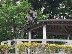 秋桜さんから反時計回りに1kmほど歩くと、長池親水公園っていう東屋や駐車場のあるスペースがあって、富士山の定点観測用のカメラと思しきものもあった!