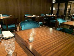 ホテル地下一階のレストラン、54th Station Grillにやってきました。 検温、アルコール消毒あり。 席はゆったり広々しています。