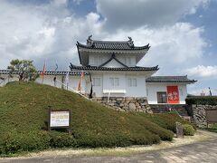 田辺城資料館。展示室では、細川幽斎を中心とした歴代城主や、城下町・田辺の歴史を紹介しています。