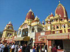 「ラクシュミー・ナーラーヤン寺院」です。 北インドではヒンドゥー教寺院は珍しく、ここはデリーでは最大規模を誇ります。  ヒンドゥー教での最高神の1人「ヴィシュヌ神」の化身「ナーラーヤン」と、 その妻:美と幸運と繁栄の女神「ラクシュミー」を祀っています。 建築様式は大理石と赤砂岩を使った「オリッサ様式」。  1938年にインド有数の大財閥であるビルラー財団によって建造された比較的新しい寺院です。 創建以来、管理運営も同財団によって行われているバリバリのヒンドゥー教寺院で別名「ビルラー寺院」とも呼ばれています。