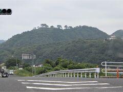 国道から見た月山富田城本丸跡