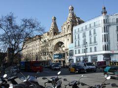 宿に荷物を置いて早速市内観光に。 流石にスペイン第2の都市、大通りにはたくさんの車。