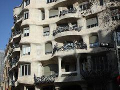 ホテルからほんの10分程度で、早速のガウディ建築、カサ・ミラ。