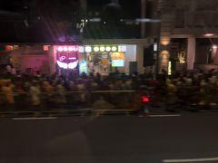 ちなみにこの夜のリトルインディアはディーパバリでインド系の方々が大集合してました。歩いて大移動してお寺に向かうのかな? バスの窓から見てたけど、大移動専用のレーンができてました。