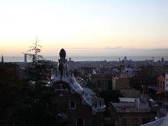 2日目は未明にグエル公園に。 公園からバルセロナの街が一望できます。 基本入園料必要ですが、早朝に到着するとタダで入れます。