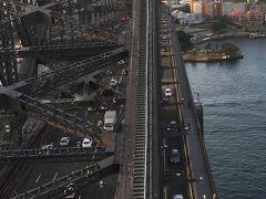 ブリッジは車や電車も通っています。歩く道もあります。